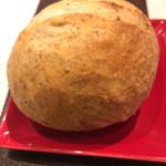 100547236 - 自家製パン                       パリパリしていて料理を邪魔しないです。                       無くなると直ぐにお代わりを持って来て                       くださいます(^-^)