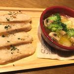 ビア ハンチング ウラワ - ◉エビとブロッコリーのアヒージョ、メルバトースト添え 税込み750円
