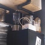 炭火焼ホルモン ぐう - 「真空生搾りレモンサワー」用の真空ミキサー(左)