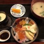 博多寿し - 料理写真:海鮮丼ランチ=1080円 (うに・イクラ入り)