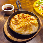 肉バルGABURICO - 鉄鍋羽根付き肉餃子799円