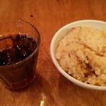 彩鶏食堂 - サービスの黒ウーロン茶とかやくご飯。