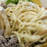 みそ味専門 マタドール - 牛肉の美味しさを確認したところで、麺とタレとをしっかりと絡めるようにかき混ぜていきます。