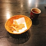 百々亭 - 蕎麦煎餅と蕎麦茶