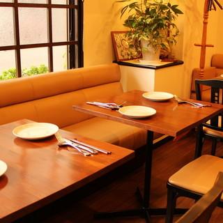 モダンなカウンターに広々としたテーブル。華やかな宴席にも◎