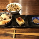 kabe家 酒・肴・蕎麦 - 本日のかやくごはん(ひじき飯)&本日のおそうざい2品(国産鶏つくねの炊き合せ&そば豆腐)&ちりめんじゃこ