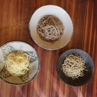 打ちたての十割蕎麦と田舎蕎麦、変わり蕎麦を食べ比べ