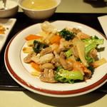 100594322 - 野菜と海鮮のXO醤炒め (夫の注文なので、こちら側からササっと撮影)