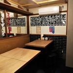 餃子ノ酒場 すえひろ - 店内 奥のテーブル席