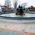 松葉食堂 - 駅前の噴水。綺麗に整備されていて良い街です。