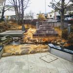 松葉食堂 - 佐野駅前のちょっとした庭園。駅は佐野市の中心で駅裏は「城山公園」。その名の通りお城だったようです。