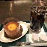 プロント - ドリンクだけでもよかったのですが、写真映えしないかと((^^;))ケーキもオーダー。 ◆ブリュレinバウム+アイスコーヒー(570円:税込)