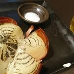 100615985 - 淡路島産玉葱の丸ごと焼きと梅酒ロック。