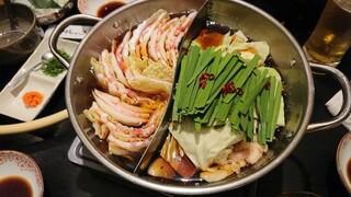 もつ鍋 やましょう 博多本店 - もつ鍋とやましょう鍋をオーダーしたら火鍋に入れてくれた!!!