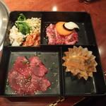 上野太昌園 - ダブルランチ弁当1180円(ランチカルビ、タン塩、キムチ、ナムル、日替わり1品、ライス、ワカメスープ)