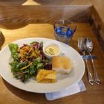 100636655 - 10種野菜のサラダが入るランチデリプレート