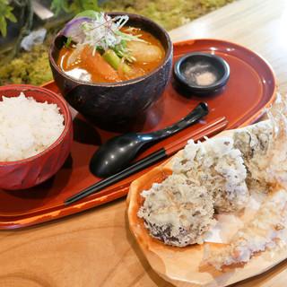 新鮮食材の天ぷらと蒸し野菜カレーのコラボレーション★