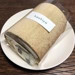 100646851 - 白あんと黒豆のロールケーキ 750円