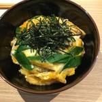 カフェ わかば - 【衣笠丼】西陣のお揚げさん、九条ネギ、地元の平飼い卵を使用 味噌汁・美山の漬物つき