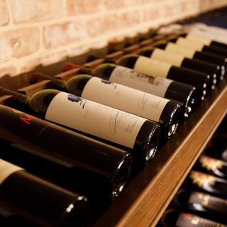 常時100種類以上のワインやシャンパンをお楽しみください。