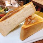 カフェ 呂久呂 - ハンバーグにつくトースト
