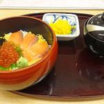 がんこ寿司  - 鮭といくらの北海丼・赤だし付 950円