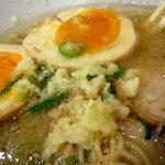 麺屋天狗 - 「久留米ラーメン」ニンニクを投入