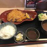 はま太郎 - カウンターでトンカツの揚げられる音を聞きながら暫く待つと注文した糸島豚のロースカツ御膳1280円の出来上がりです。