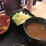 はま太郎 - サラダと一緒にトンカツに添えられた汁椀は赤だし味噌汁。