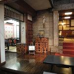 蕎麦屋 籔半 - 店内奥の小上がりは喫煙席です