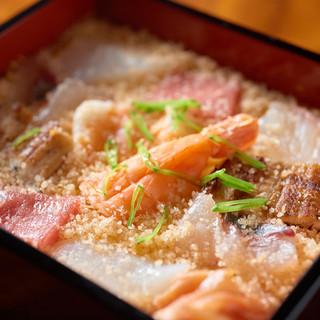 兵庫県・明石市産の豊富な恵みの幸。市場獲れたての魚介を頂く。