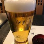 鰻割烹 伊豆栄 - 生ビール  グラスに店名が入ってます