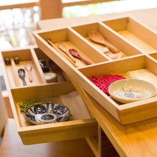 引き出しの中は、まるで玉手箱。色んな箸置きやお皿がそれぞれに