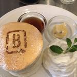 B PORTLAND CAFE - ホワイトスフレパンケーキ 三段重ねです。