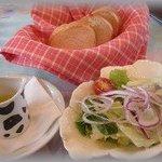 10073888 - 朝摘みハーブと新野菜のサラダとパン