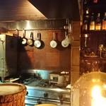 コードネーム ミクソロジー アカサカ - 厨房スペースには炭と燻製機