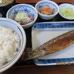 楽亭 - さんま塩焼定食(全景),納豆