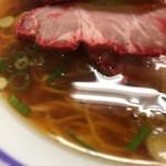 100758891 - 醤油チャーシュー麺 ¥950-(税込)のスープのアップ