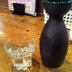 炭火焼鳥 とんきち - 日本酒。銘柄失念。熱燗で1合。たぶん570円也。