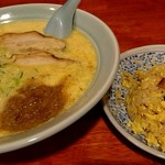 龍の子 - 料理写真:お好きな麺+半チャーハンで900円のらーチャセット。麺は玉子とじらーめん(塩)にしたよ。