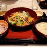 大戸屋ごはん処 - 彩り野菜と炭火焼きバジルチキン定食