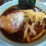 ラーメン丸仙 - 少し縮れた支那麺。大きめチャーシュー