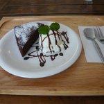 バザール・カフェ - スパイシーチョコレートケーキ アイス添え