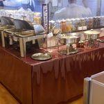 ルチラ - 店内に入ると様々な料理が用意されており、美味しさに期待しながらビュッフェを楽しむことにしました。