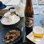 クラブラウンジ - ビール、おかき、ナッツ。。。美味しいけれど、私は仕事中には飲みません!!(ㆀ˘・з・˘)