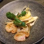 グリルダイニング マキビ - 料理写真:海老のサラダはしょっつるベースのソースとネギが斬新