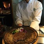 グリルダイニング マキビ - 料理写真:前沢牛の陶板焼きのできあがり!ここから取り分けて下さいます