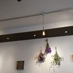 和牛DINING BUON - 壁のドライフラワー