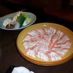しゃぶ禅 -  岩手県産の岩中豚バラのしゃぶしゃぶ肉と、野菜です。野菜の茸はまいたけ、椎茸、えのき茸とバラエティー豊かで、しゃぶしゃぶ肉の一皿目は史上まれにみる綺麗な見た目のバラ肉でした。
