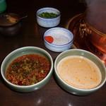 しゃぶ禅 -  ポン酢にあさつきと紅葉おろし、辣油を加えて混ぜたものと、胡麻だれに辣油を入れて混ぜたものです。